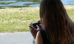 Digitale Demenz Mädchen mit Smartphone
